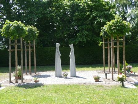 Stelen auf Rasen auf dem Friedhof
