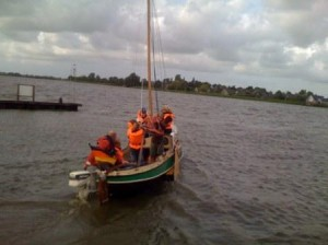 Segelteam im Segelboot