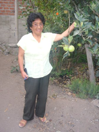 Mitarbeiterin in ihrem Garten in der Tablada de Lurin