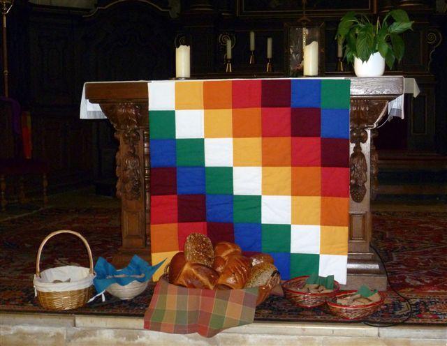 Brot_vor_dem_Altar_mit_Fahne_der_indigenen_Bevlkerung