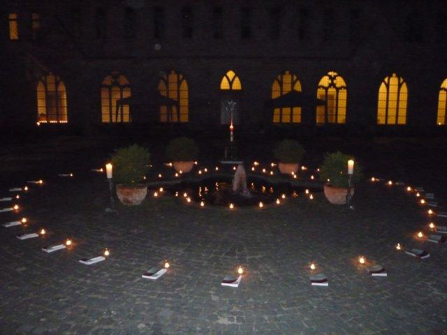 Innenhof mit Kerzen