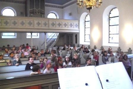 Kinder in der evangelischen Kirche Waldniel