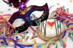 Maske, Luftschlangen und Konfetti