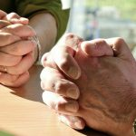 2 Paar betende Hände